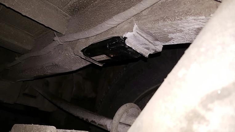 Кронштейн крепления верхней опоры пневморессоры вставлен в проем снятого резинового отбойника