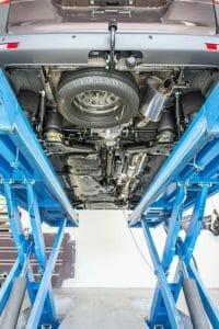 Вид снизу на установленный комплект полностью автоматической пневматической подвески обеих осей VB FullAir 4C.